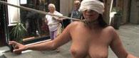 Salma vor den Leuten nackt vorgefuehrt